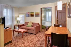A seating area at MainStay Suites Columbus Worthington