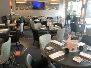 A restaurant or other place to eat at Mercure Paris Velizy