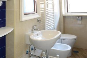 A bathroom at Fronte Del Porto