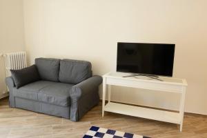 A television and/or entertainment centre at Fronte Del Porto