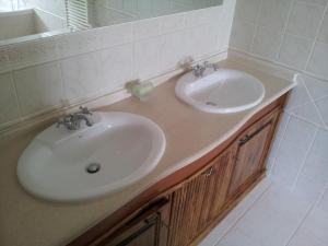A bathroom at Villa d'Arcos