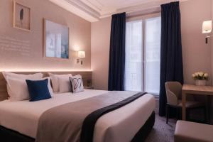 A bed or beds in a room at Magda Champs Elysées