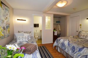 A bed or beds in a room at Marketa's Bed and Breakfast