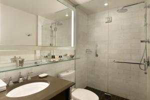 A bathroom at Fairmont Le Chateau Frontenac