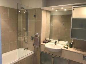 A bathroom at Oxley's Waterfront Luxury Apartment