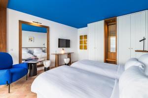 A bed or beds in a room at Hôtel Le Bailli De Suffren