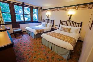 Кровать или кровати в номере Disney's Sequoia Lodge®