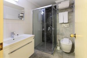 A bathroom at Perdikia Beach