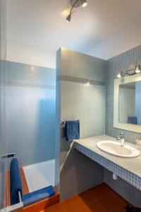 A bathroom at La Madrague-Surf Beach Sea