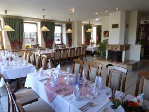 Ein Restaurant oder anderes Speiselokal in der Unterkunft Hotel & Restaurant Kleinolbersdorf