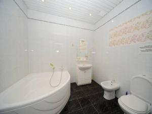 A bathroom at Guest Rooms Apelsin on Victory Park