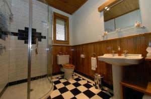 A bathroom at Holly Homestead B&B