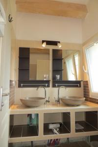 A bathroom at Résidence Au Brin d'Olivier