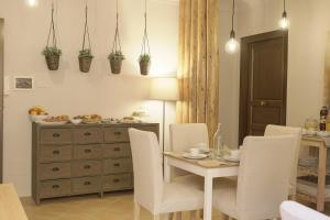 A restaurant or other place to eat at B&B Palazzo Bibirria