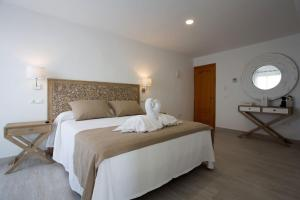 A bed or beds in a room at Hotel Rosamar