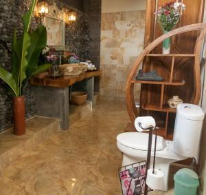 A bathroom at Taman Rahasia Tropical Sanctuary and Spa