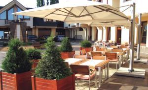Reštaurácia alebo iné gastronomické zariadenie v ubytovaní Hotel Enchanté