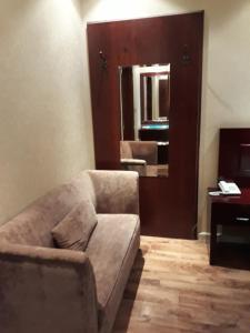 Uma área de estar em نايس لاند للأجنحة الفندقية