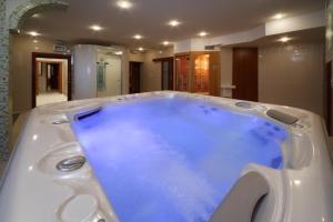 Bazén v ubytovaní Hotel Enchanté alebo v jeho blízkosti
