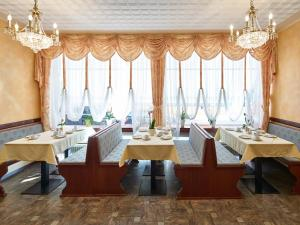 A restaurant or other place to eat at Hotel Alfa Zentrum