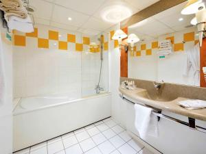 A bathroom at Mercure Epinal Centre