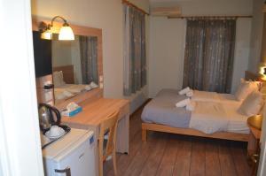 Ένα ή περισσότερα κρεβάτια σε δωμάτιο στο Rozos Hotel
