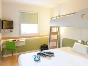 Ein Etagenbett oder Etagenbetten in einem Zimmer der Unterkunft ibis budget Hannover Messe