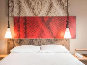 A bed or beds in a room at Hotel Ibis Coimbra Centro