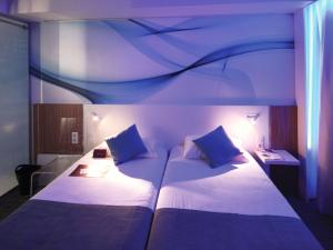 A bed or beds in a room at Mercure Paris Gare du Nord