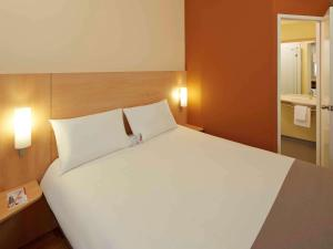 A bed or beds in a room at ibis Adana