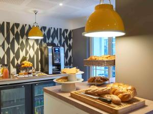 Breakfast options available to guests at Hotel Mercure Brest Centre Les Voyageurs