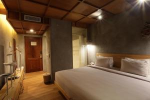 Een bed of bedden in een kamer bij Greenhost Boutique Hotel Prawirotaman