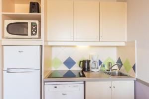 A kitchen or kitchenette at Résidence Pierre & Vacances La Rostagne