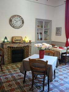 A restaurant or other place to eat at Hôtel le Chalet Fleuri