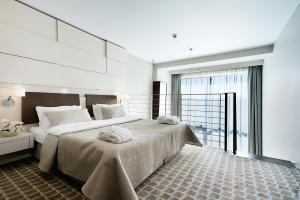 A bed or beds in a room at Marine Hotel by Zdrojowa