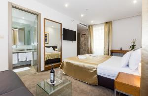 A bed or beds in a room at Hotel Marul