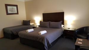 Кровать или кровати в номере Gateway Motor Inn - contactless check-in