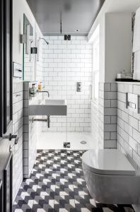A bathroom at Radisson Blu Edwardian Vanderbilt Hotel, London