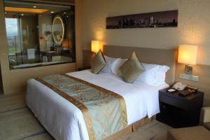 A bed or beds in a room at Crowne Plaza Guangzhou Huadu, an IHG Hotel