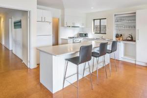 A kitchen or kitchenette at Beachside Vista