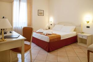 A bed or beds in a room at Hotel Le Mura
