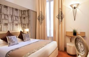 A bed or beds in a room at Hotel Residence Foch