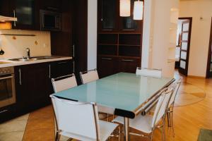 Kuchnia lub aneks kuchenny w obiekcie Elite Apartments by the Seaside Jelitkowski Dwór
