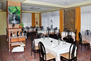A restaurant or other place to eat at Hotel La Piqueta