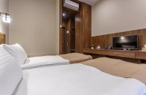 Кровать или кровати в номере Riverside Hotel