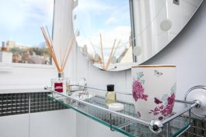 A kitchen or kitchenette at Cobbleview Rooms