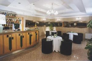 A restaurant or other place to eat at Grand Hotel Italiano