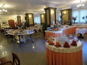 A restaurant or other place to eat at Le Nereidi Hotel Residence