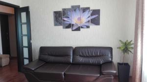 Гостиная зона в 2-комнатная на Маркова 8-2 с видом на Залив