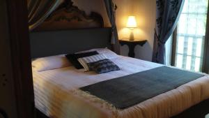 A bed or beds in a room at Maison Souriau